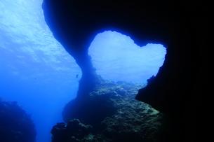 宮古島のダイビングポイントのWアーチの写真素材 [FYI00795196]