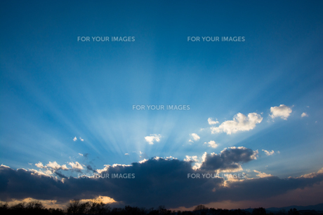 夕空と天使の梯子の写真素材 [FYI00795256]