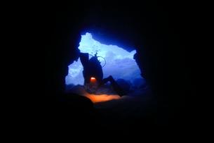 洞窟内で泳ぐダイバーの写真素材 [FYI00795296]