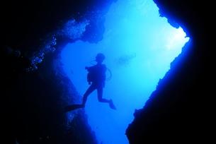 洞窟内で泳ぐダイバーの写真素材 [FYI00795302]