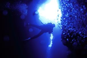 洞窟内を泳ぐダイバーの写真素材 [FYI00795307]
