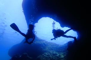 海底の洞窟内を泳ぐダイバーの写真素材 [FYI00795310]