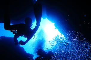 海底の洞窟内を泳ぐダイバーの写真素材 [FYI00795312]