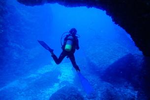 海底の洞窟内で泳ぐダイバーの写真素材 [FYI00795314]