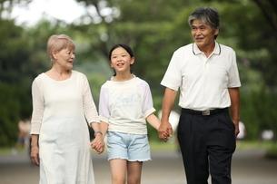 祖父母と孫の写真素材 [FYI00795586]