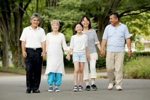 手をつないで歩く家族の写真素材 [FYI00795591]