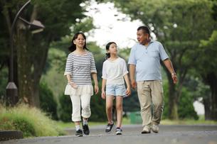 散歩する親子の写真素材 [FYI00795603]