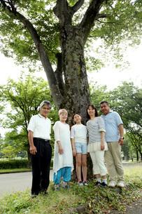 木の前で家族写真の写真素材 [FYI00795609]