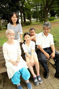 久しぶりの家族写真の写真素材 [FYI00795611]