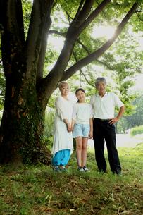 おじいちゃんとおばあちゃんと孫の写真素材 [FYI00795614]