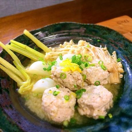 鶏団子とカブの味噌スープの写真素材 [FYI00795617]