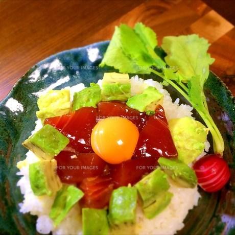 漬けマグロ&アボカド丼の写真素材 [FYI00795620]