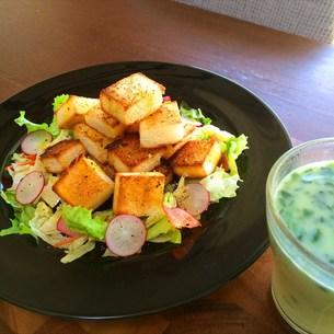 サラダトースト&ほうれん草クリームスープの写真素材 [FYI00795634]