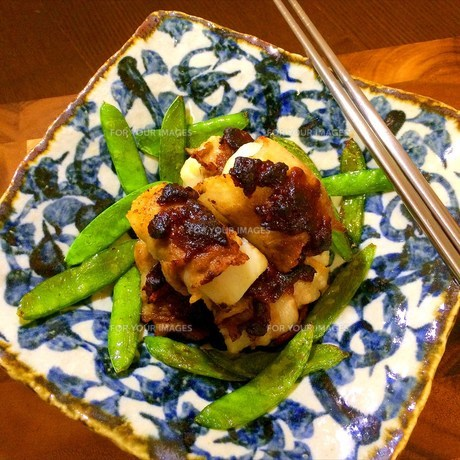 ねっとり里芋の油味噌豚バラ肉巻きの写真素材 [FYI00795657]