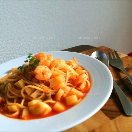 海老とジャガイモのトマトスープパスタの写真素材 [FYI00795663]