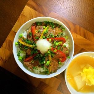 ステーキ丼with大根とキャベツの洋風味の写真素材 [FYI00795667]