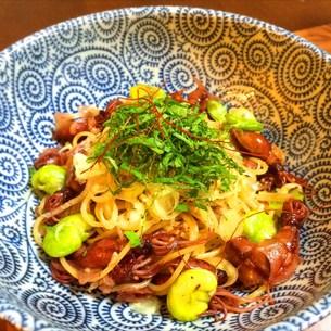 ホタルイカと空豆の牡蠣醤油パスタの写真素材 [FYI00795697]