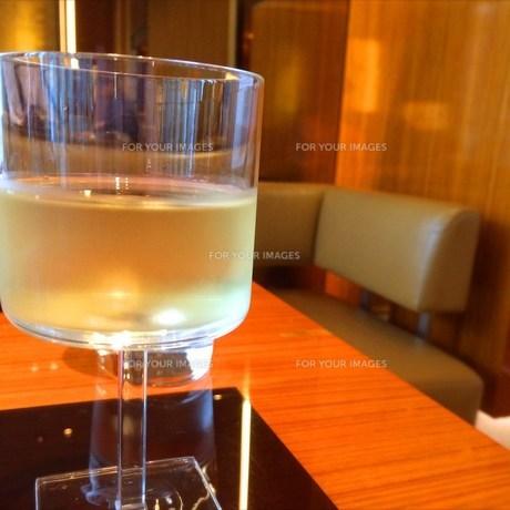 雨の銀座でワインを嗜む。の写真素材 [FYI00795700]
