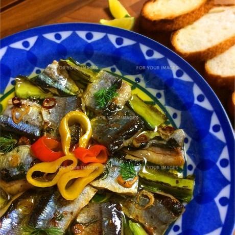 秋刀魚のアヒージョ  スダチをかけての写真素材 [FYI00795723]