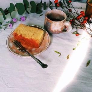 りんごのケーキと萩焼のカップに入れたコーの写真素材 [FYI00795771]