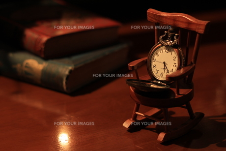 懐中時計と古書の写真素材 [FYI00795966]