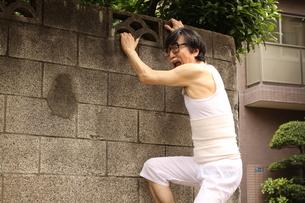童心に返るおじいさんの写真素材 [FYI00795992]