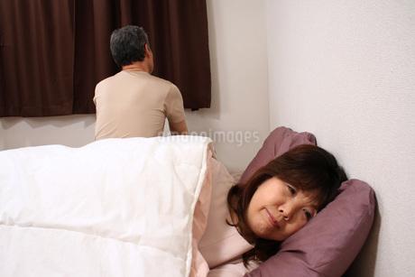ケンカした時は先に寝ちゃいま?す!(・∀・)の写真素材 [FYI00795998]