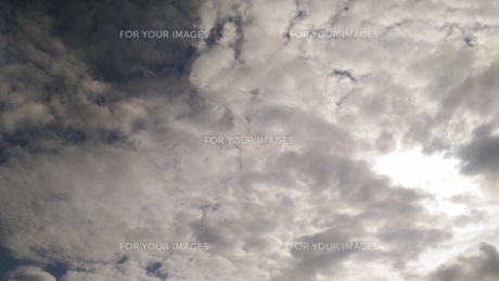 雲に隠れる太陽の写真素材 [FYI00796131]
