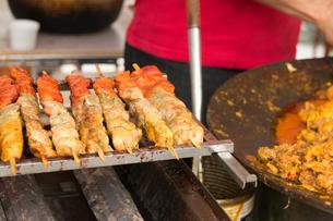 フェスティバルの屋台の食べ物。インド料理、シシカバブの写真素材 [FYI00796264]