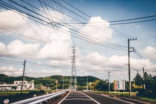 実家へ帰省。のどかな田舎道をドライブ。のんびりノスタルジックな風景の写真素材 [FYI00796270]