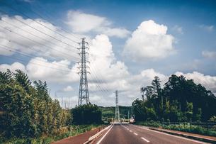 実家へ帰省。のどかな田舎道をドライブ。のんびりノスタルジックな風景の写真素材 [FYI00796271]