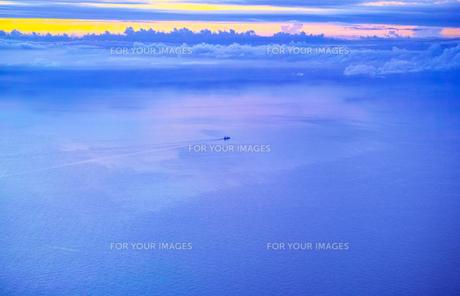 飛行機から見た海上を進む貨物船(空撮)の写真素材 [FYI00796354]