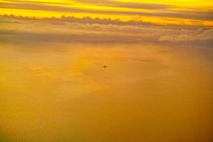 飛行機から見た海上を進む貨物船(空撮)の写真素材 [FYI00796376]