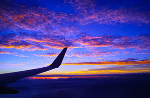 飛行機から見た日没後の夕焼け空の写真素材 [FYI00796493]