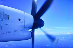 プロペラ旅客機の回転するプロペラの写真素材 [FYI00796495]