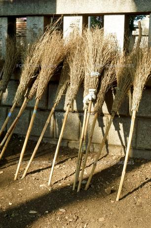 お寺の境内の竹箒の写真素材 [FYI00796519]