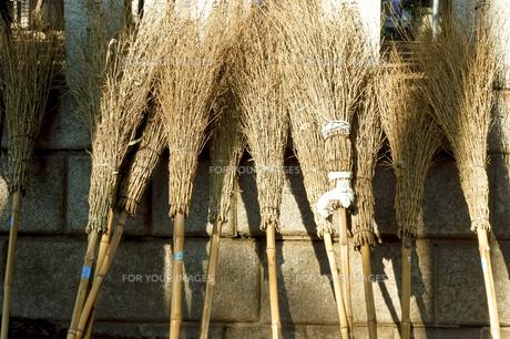 お寺の境内の竹箒の写真素材 [FYI00796520]