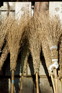 お寺の境内の竹箒の写真素材 [FYI00796524]
