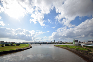 嵐の後の川と水門の写真素材 [FYI00796791]