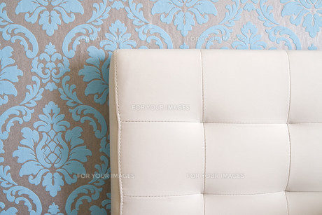 leather bed before neo-baroque wallpaperの写真素材 [FYI00797514]
