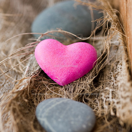 pink stone heartの写真素材 [FYI00797710]