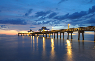 fort myers pier at night,florida usaの写真素材 [FYI00797746]