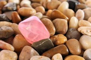 rose quartz on pebblesの写真素材 [FYI00797992]