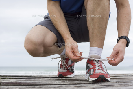 runner tying his shoesの素材 [FYI00798342]