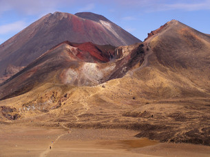 red crater and mt ngauruhoeの写真素材 [FYI00798442]
