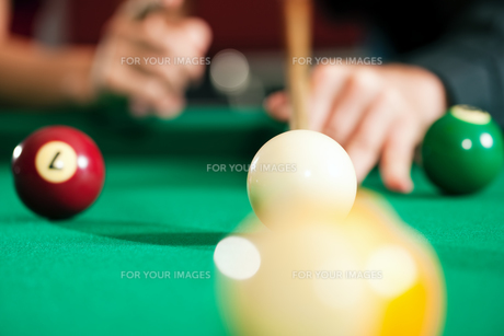couple playing billiards (hands only)の写真素材 [FYI00798498]