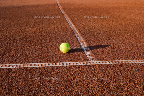 tennis court with ballの写真素材 [FYI00798501]