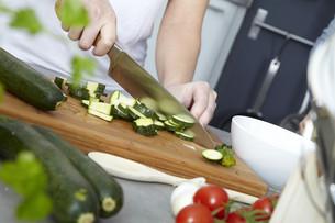 preparation of sugo for spaghetti bologneseの写真素材 [FYI00798551]