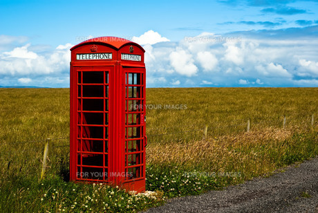 red telephone box isolated in the landscape v1の写真素材 [FYI00799507]