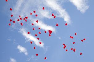 heart balloons on blue skyの素材 [FYI00799607]